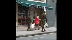 El aplaudido gesto de dos militares con una anciana en Gijón que está dando la vuelta a