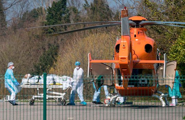 À l'hôpital Emile Muller de Mulhouse, surchargé par les cas de coronavirus, des soignants...