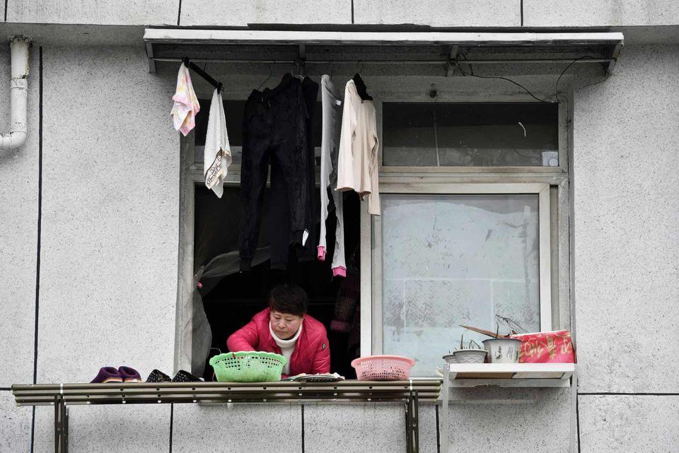 Φωτογραφίες απ΄όλο τον κόσμο: Το χαμόγελο των ανθρώπων στα μπαλκόνια, «χαστούκι» στον