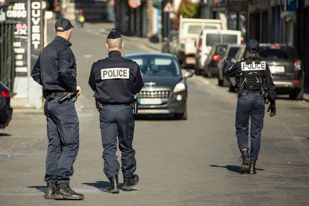 Depuis lundi 17 mars, les policiers (et gendarmes) sont en première ligne face au coronavirus....