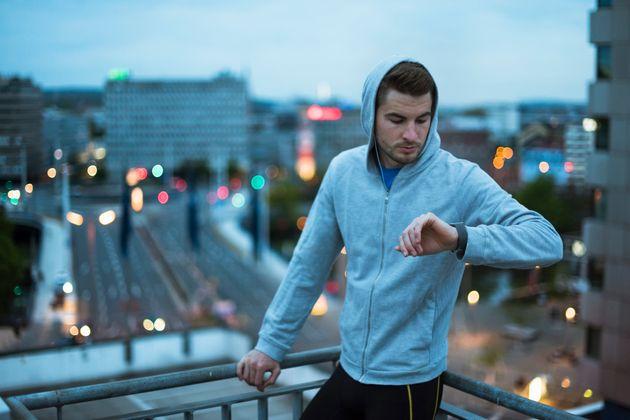 Κορονοϊός: Ετρεξε μαραθώνιο στο μπαλκόνι του - Και που να σφίξουν οι