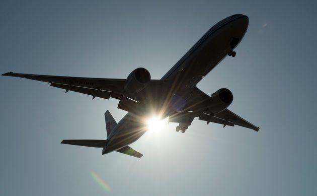 バンクーバー国際空港に到着すると、南シナ航空のフライトが太陽を通り過ぎます...