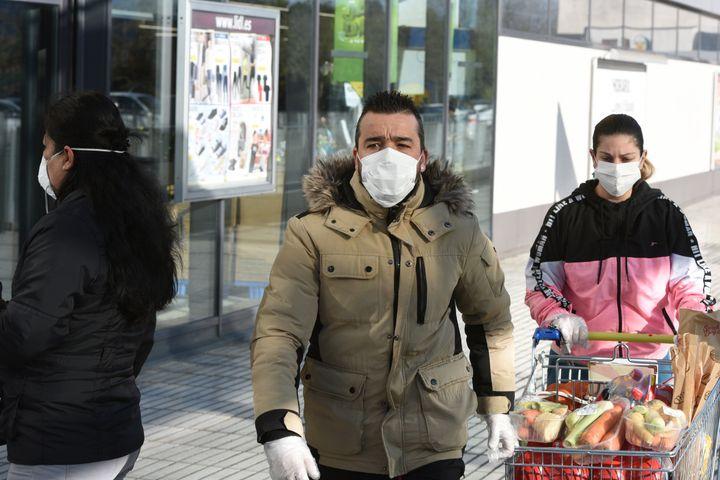 Una pareja acude a hacer la compra a Mercadona con mascarilla y guantes.