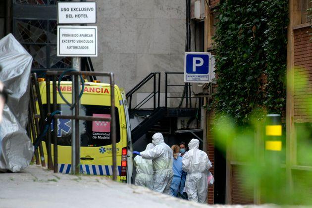 La Spagna trema per il coronavirus. A Madrid un morto ogni 16 minuti, pazienti trasferiti negli