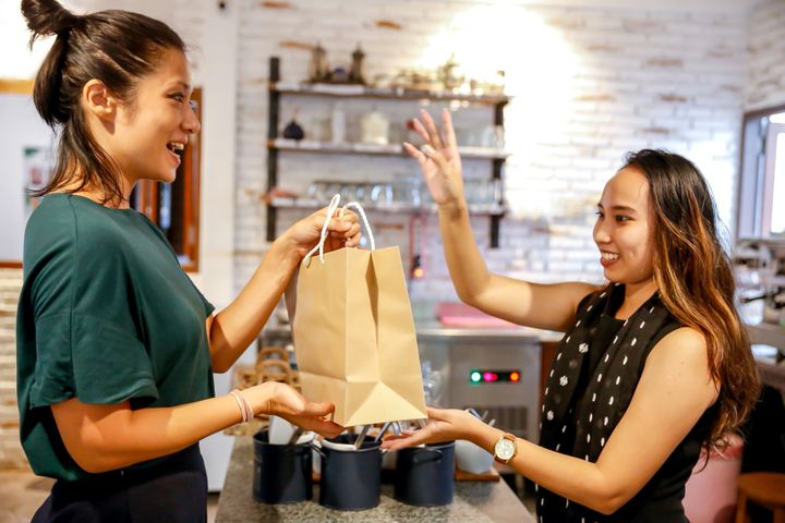"Now, you don't even have to touch someone when you order takeout or delivery. From&nbsp;<a href=""https://fave.co/2TVFLqq"" target=""_blank"" rel=""noopener noreferrer"">Grubhub</a> to&nbsp;<a href=""https://fave.co/33sb5jz"" target=""_blank"" rel=""noopener noreferrer"">Seamless</a>, here are the food delivery services that now offer no-contact food delivery."