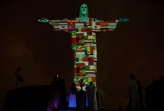 코로나19 세계 확산에 브라질 리우 거대 예수상이 응원의 불을 밝혔다