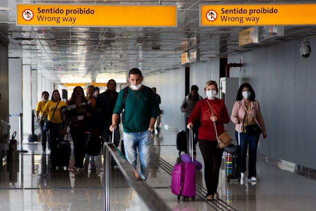 A proibição de entrada não se aplica a brasileiros e a imigrantes com prévia...