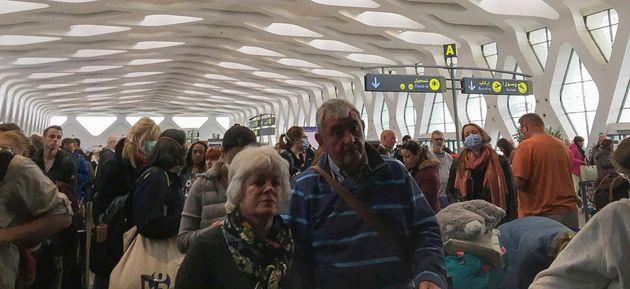 Des touristes attendant un vol pour repartir du Maroc en pleine épidémie de