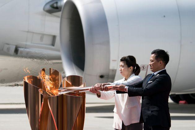 Lors de la cérémonie d'arrivée de la flamme des JO de Tokyo 2020 sur la base aérienne...