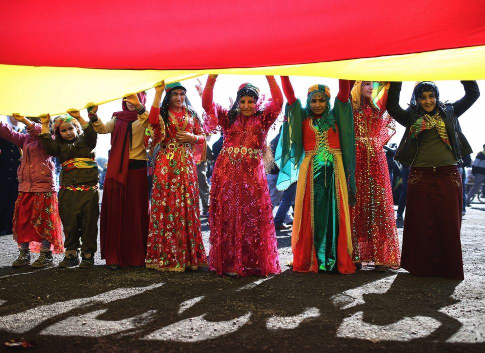 Κούρδοι υποστηρικτές του Οτσαλάν γιορτάζουν το Nowruz στην Κωνσταντινούπολη Μάρτιο του 2015.(AP Photo/Emrah Gurel)