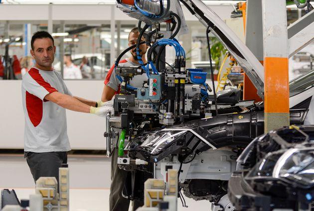 Un trabajador en la fábrica de Seat en Martorell