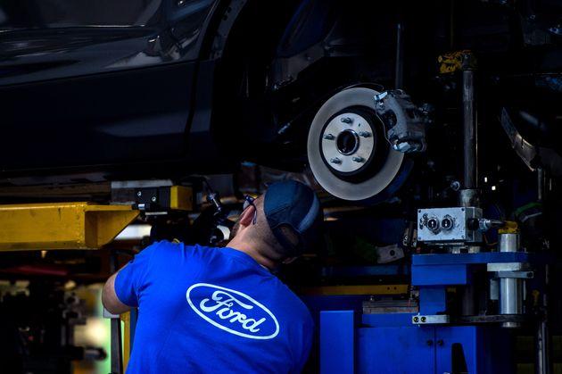 Un trabajador en la fábrica de Ford en Almussafes