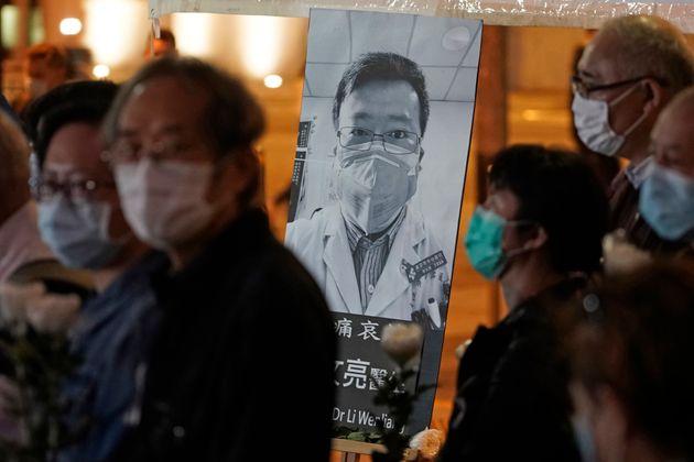 Μετά θάνατον αθώωση για τον Κινέζο γιατρό που προειδοποίησε για τον