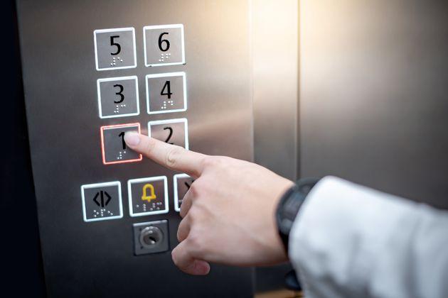 El truco para no contagiarte al llamar al ascensor: lo único que necesitas es un
