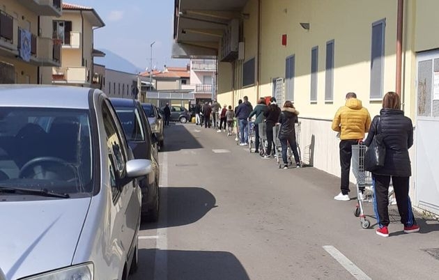 La fila fuori da un supermercato fondano durante il primo giorno di