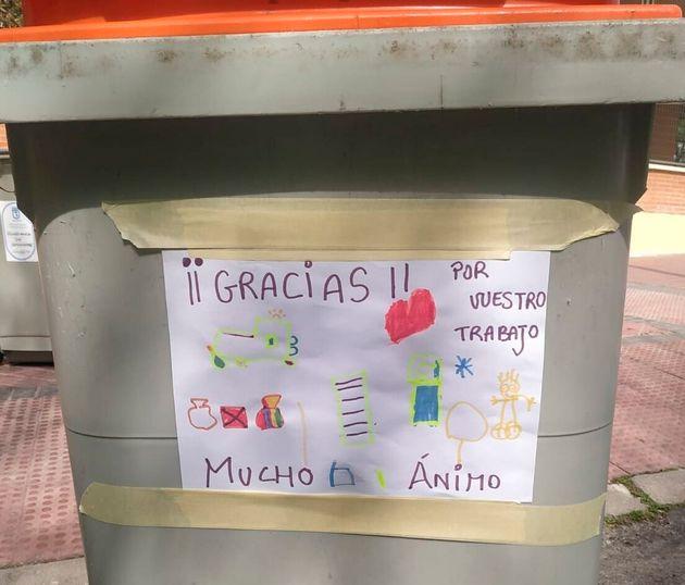 Notas de gratitud en los cubos de basura: