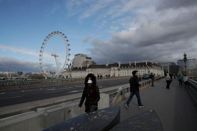«Είχαμε το κεφάλι στην άμμο»: Ελληνες στη Βρετανία μιλούν για την πανδημία που υποτίμησε ο