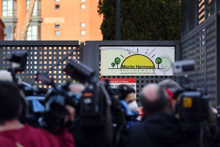 Numerosos periodistas apostados frente a la residencia para personas mayores Monte Hermoso (Madrid), donde numerosos ancianos han muerto o se encuentran infectados por coronavirus.