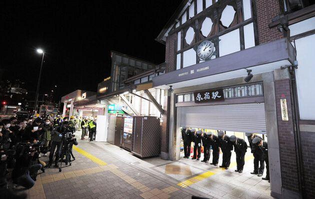 旧駅舎での営業を終え、「96年間ありがとうございました」と頭を下げるJR原宿駅の駅長ら(2020年3月21日)