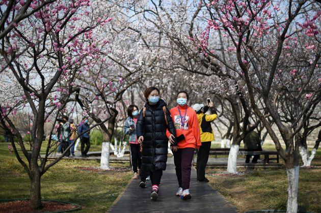Βίντεο: Άρχισαν να βγαίνουν πάλι έξω στο Πεκίνο μετά από δύο μήνες