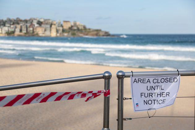 La photo prise le 21 mars 2020 montre l'avis de fermeture de Bondi Beach à Sydney, en