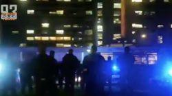 Des policiers applaudissent les soignants devant un hôpital de