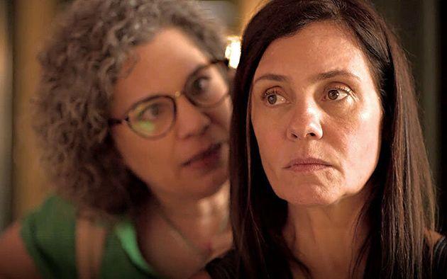 Jane (Isabel Teixeira) e Thelma (Adriana Esteves) em cena de