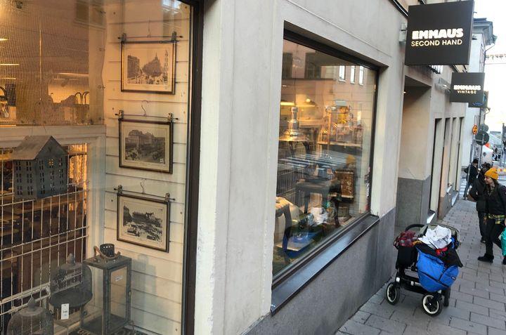 ストックホルム市中心部にある中古品を扱うお店。日曜日のこの日は、次々に客が入っていった=2020年2月2日、ストックホルム市内