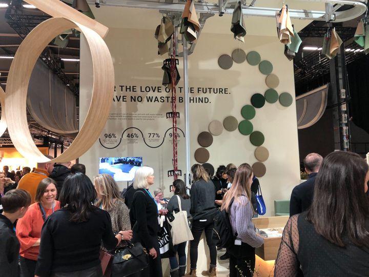 ストックホルムデザインウィークのイベントの一つ「家具と光」展。たくさんの人が見学に訪れた再利用素材を使う家具製造業の展示=2020年2月5日