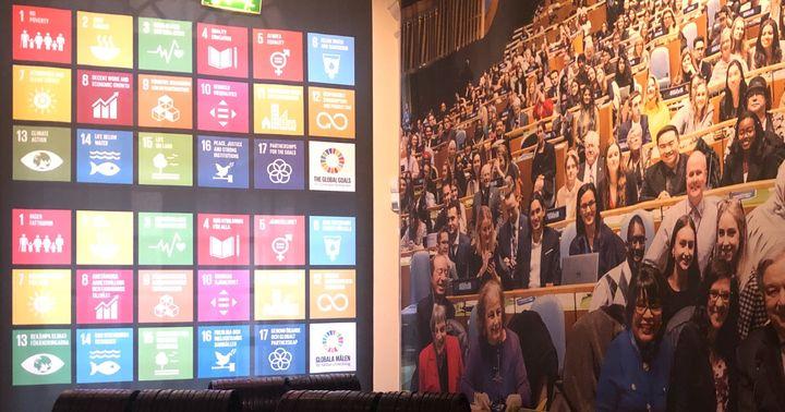 ノーベル博物館では、SDGsの17指標が国連の議場の様子と共にシンボリックに飾られている=2020年2月