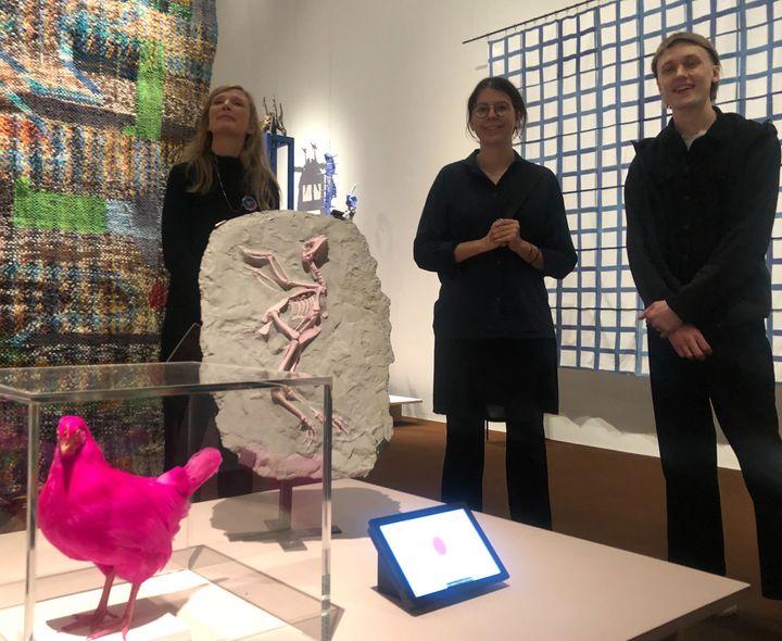 デザインウィークで展示された「ピンクチキン プロジェクト」。後方右にいるのが作者の2人=2020年2月4日