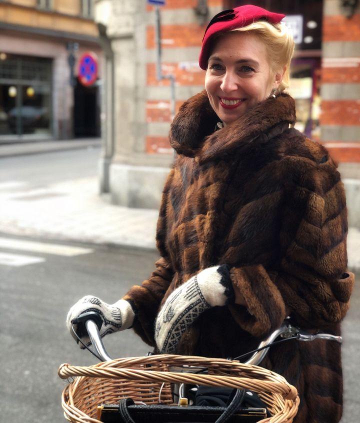 「世界で唯一のスタイルになる」セカンドハンドの洋服や小物が大好きだと言うジェニー・バーグストロームさん =2020年2月、ストックホルム市内