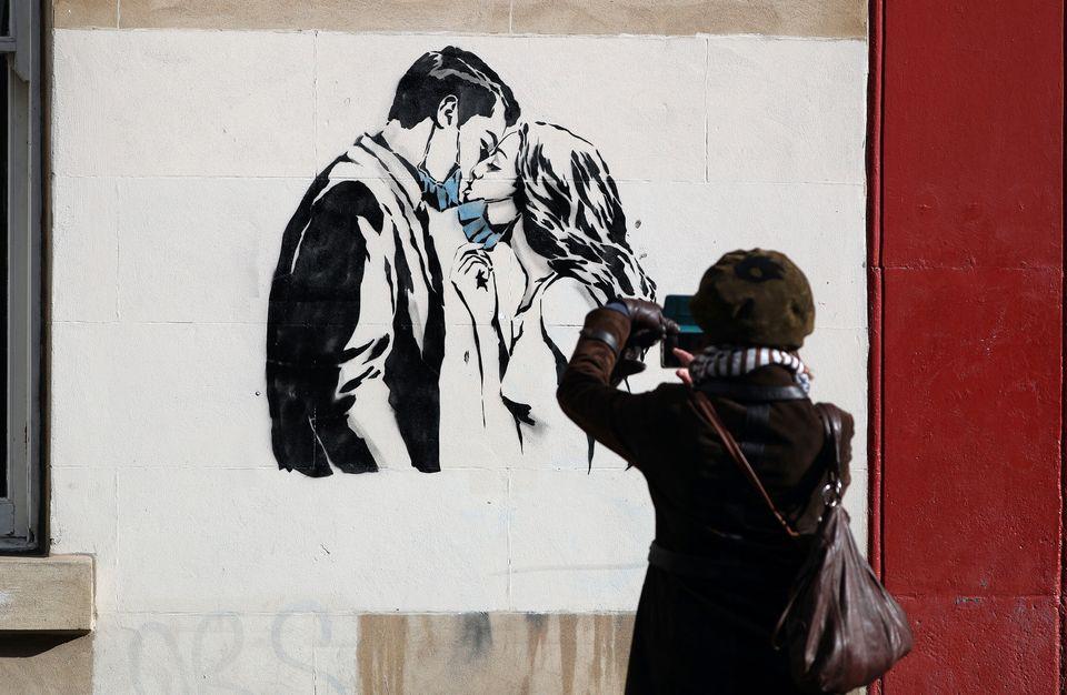 Η τέχνη του δρόμου και ο κορονοϊος - 19 graffiti και συνθήματα από όλο τον
