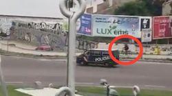 Un furgón de la Policía persigue a un ciclista que se saltó el confinamiento en