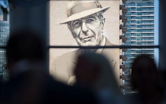Une fresque de Leonard Cohen regarde à Montréal (photo