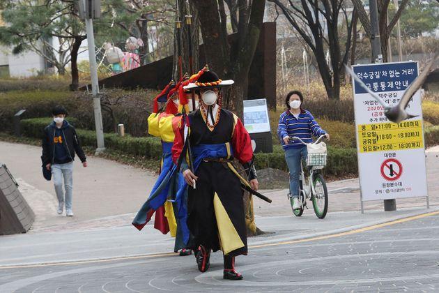 21일 토요일 덕수궁 경비대원들이 마스크를 쓴 채 이동하고