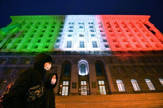 22일 우크라이나 키예프 시청이 이탈리아에 대한 응원의 의미를 담은 불을 건물에