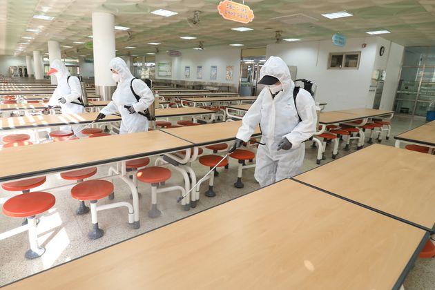 자료사진: 신종 코로나바이러스 감염증(코로나19)이 확산되는 가운데 24일 대구의 한 고등학교 급식실에서 방역업체 관계자들이 개학을 앞두고 코로나19 확산을 막기 위해 방역을 실시하고...