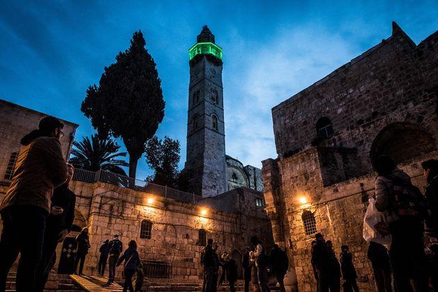 キリスト教の聖地、聖墳墓教会の目の前にはムスリムの礼拝所であるモスクがある。
