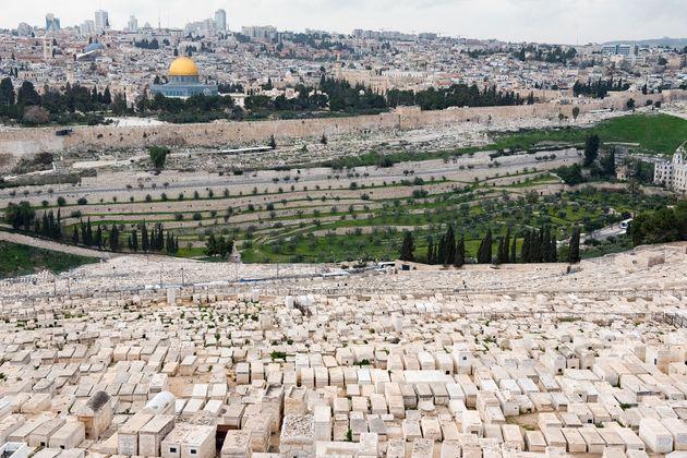 エルサレム旧市街に面するオリーブ山は、「最後の審判」の日に死者の蘇る場所だと旧約聖書に記されているため、世界最古のユダヤ人墓地となっている(文中の墓地とは別の場所)。