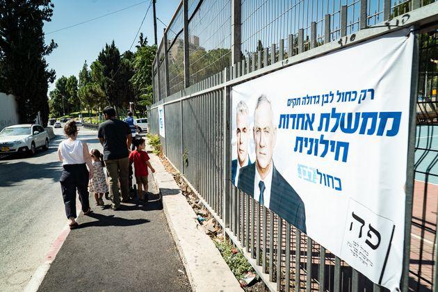 元軍参謀総長のベニー・ガンツ氏率いる野党連合「青と白」の選挙ポスター。