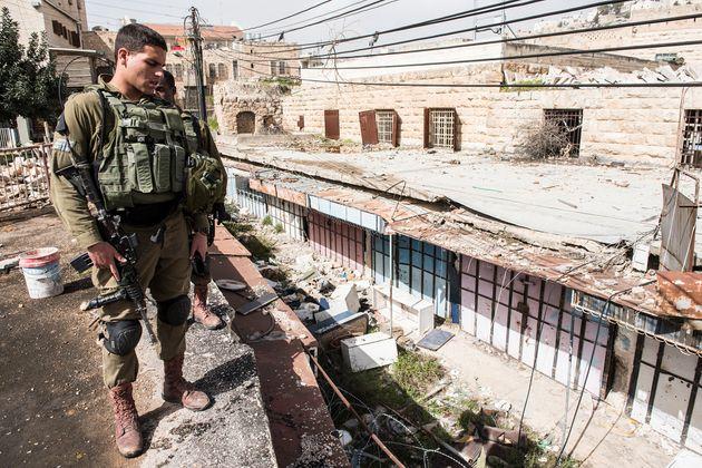 ヘブロンに配属されているイスラエル軍兵士。多くは徴兵されたばかりの若者だ。