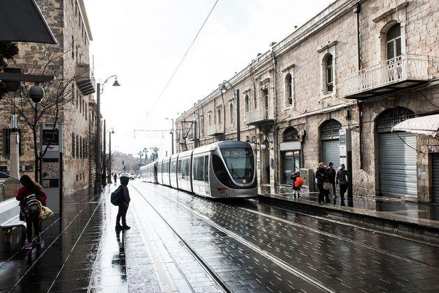 石畳の街にモダンな路面電車が走る西エルサレム。