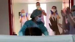 Sanitarios valencianos celebran la primera salida de la UCI de una paciente con
