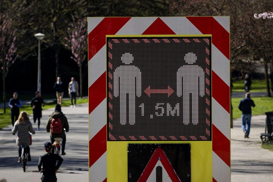 Ειδική πινακίδα προειδοποιεί τον κόσμο να κρατάει απόσταση ενάμιση μέτρου, σε πάρκο του Αμστερνταμ.