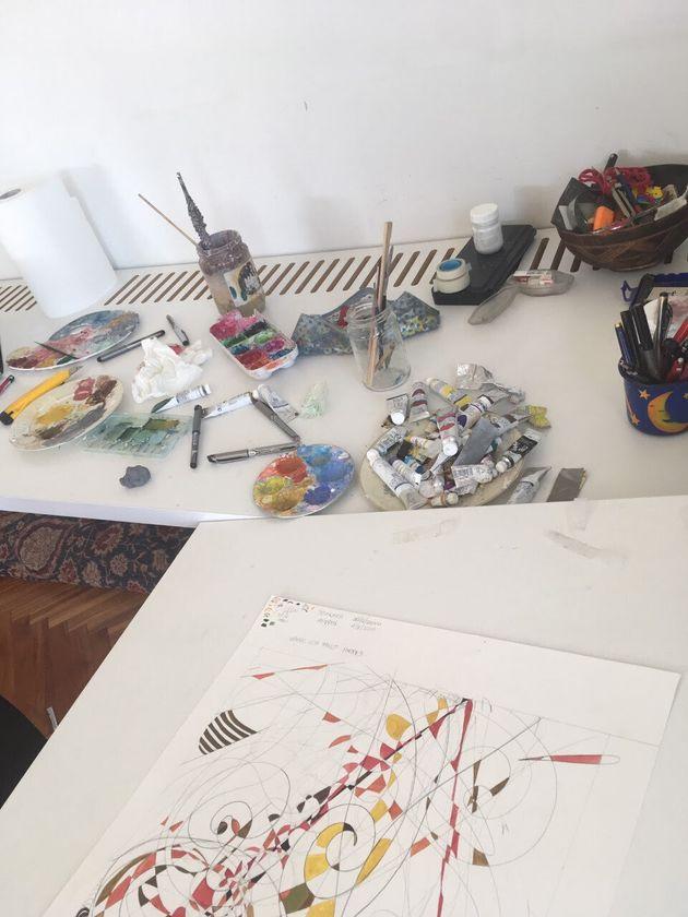 Καλλιτέχνες στέλνουν φωτογραφίες και μηνύματα από τα ατελιέ τους: «Καλή απόμακρη