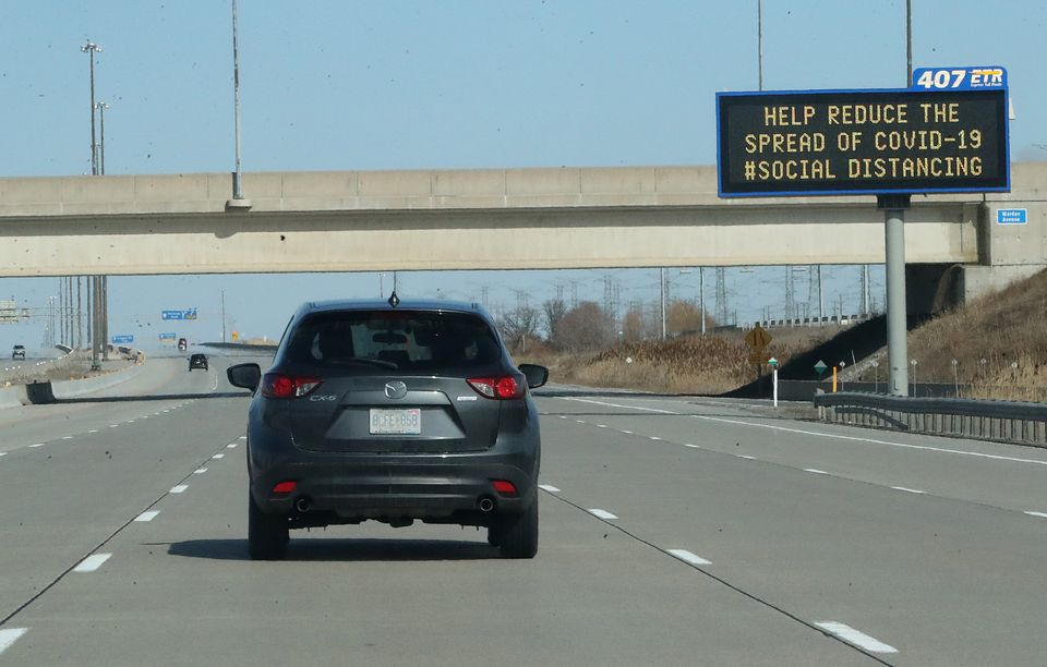 Πινακίδα που καλεί τους πολίτες να εφαρμόσουν social distancing στο Τορόντο του Καναδά.