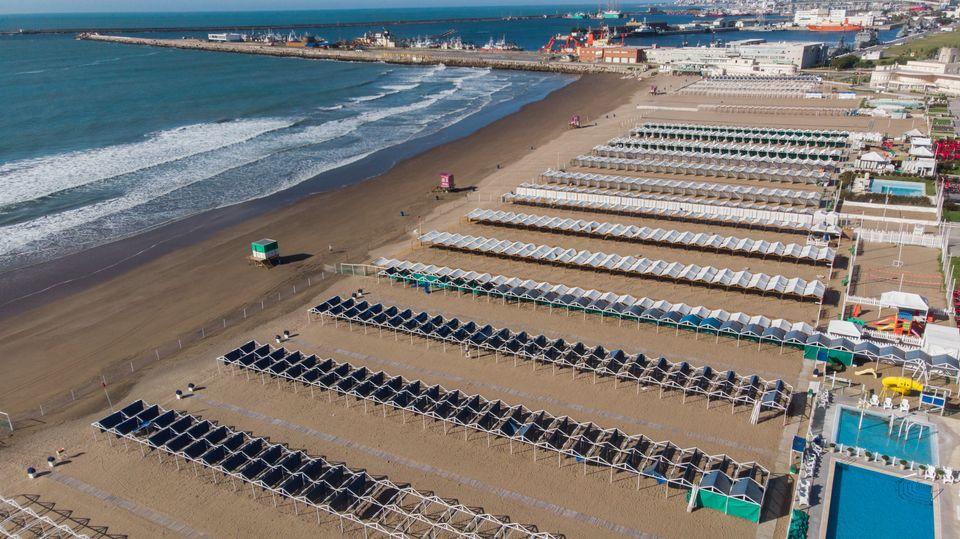 Αδεια η παραλία στο...