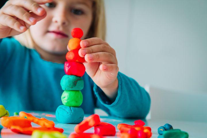 Pour éviter que vos enfants s'ennuient durant le confinement tout en s'accordant un moment de détente, laissez-vous tenter par ce qui se fait de mieux dans les écoles maternelles.