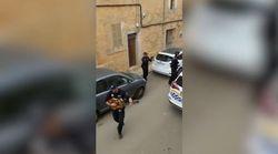 A Maiorca i poliziotti suonano per le persone in